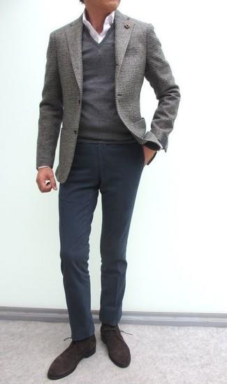 Как и с чем носить: серый шерстяной пиджак, серый свитер с v-образным вырезом, белая классическая рубашка, темно-серые брюки чинос
