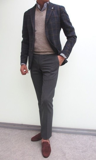 Как и с чем носить: темно-серый шерстяной пиджак в клетку, светло-коричневый свитер с v-образным вырезом, бело-темно-синяя классическая рубашка в вертикальную полоску, темно-серые классические брюки