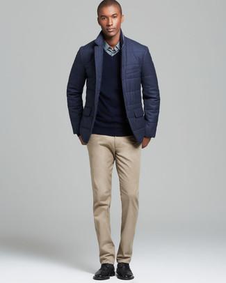 Как и с чем носить: темно-серый стеганый пиджак, черный свитер с v-образным вырезом, мятная классическая рубашка, светло-коричневые брюки чинос