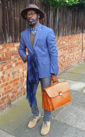 Как и с чем носить: синий пиджак, оливковый свитер с v-образным вырезом, голубая классическая рубашка в шотландскую клетку, серые зауженные джинсы