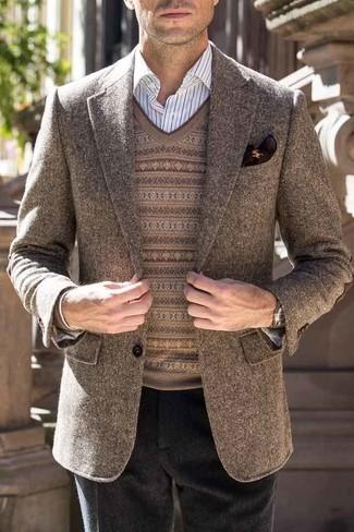 Как и с чем носить: коричневый шерстяной пиджак, коричневый свитер с v-образным вырезом с жаккардовым узором, белая классическая рубашка в вертикальную полоску, черные шерстяные классические брюки