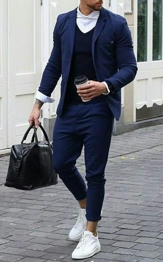 Как и с чем носить: темно-синий пиджак, темно-синий свитер с v-образным вырезом, белая классическая рубашка, темно-синие брюки чинос