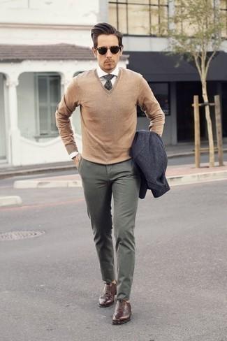Коричневые кожаные броги: с чем носить и как сочетать: Темно-серый пиджак и оливковые брюки чинос помогут составить необыденный мужской образ для работы в офисе. Если ты любишь смешивать в своих ансамблях разные стили, из обуви можешь надеть коричневые кожаные броги.