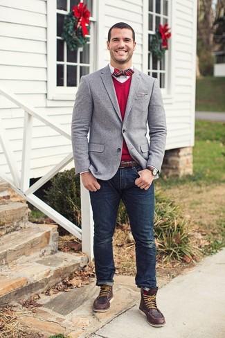 Серый пиджак и темно-синие джинсы — must have вещи в стильном мужском гардеробе. И почему бы не разбавить образ с помощью темно-коричневых кожаных рабочих ботинок?