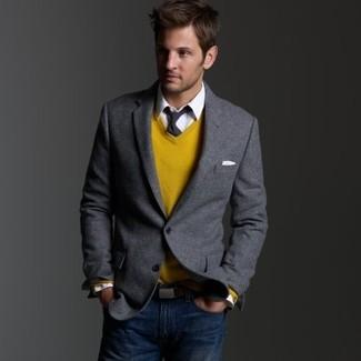 Серый пиджак и темно-синие джинсы — хорошее решение для мероприятий с дресс-кодом business casual.