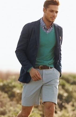 Как и с чем носить: темно-синий хлопковый пиджак, зеленый свитер с v-образным вырезом, голубая рубашка с длинным рукавом в шотландскую клетку, серые шорты из жатого хлопка