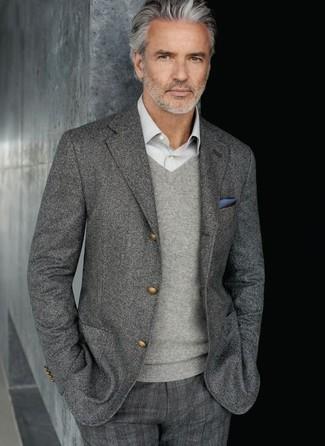 Модный лук: серый шерстяной пиджак, серый свитер с v-образным вырезом, серая рубашка с длинным рукавом, серые классические брюки в шотландскую клетку