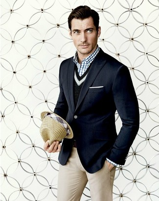Модный лук: темно-синий пиджак, черный свитер с v-образным вырезом, бело-темно-синяя рубашка с длинным рукавом в мелкую клетку, бежевые классические брюки