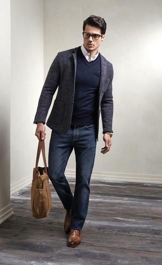 Коллеги оценят твое чувство стиля, если ты придешь на работу в темно-сером шерстяном пиджаке и темно-синих джинсах. Если ты не боишься сочетать в своих луках разные стили, на ноги можно надеть коричневые кожаные туфли дерби.