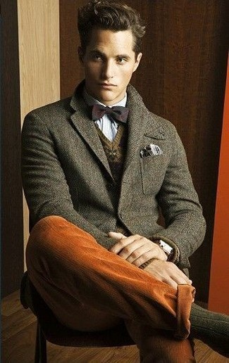 Как и с чем носить: оливковый шерстяной пиджак, коричневый свитер с v-образным вырезом с жаккардовым узором, голубая рубашка с длинным рукавом, табачные брюки чинос