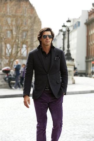 Модный лук: темно-серый шерстяной пиджак, темно-серый свитер с v-образным вырезом, черная рубашка с длинным рукавом, фиолетовые брюки чинос