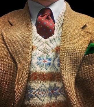 Модный лук: коричневый шерстяной пиджак, бежевый свитер с v-образным вырезом с жаккардовым узором, голубая рубашка с длинным рукавом, темно-красный галстук с принтом
