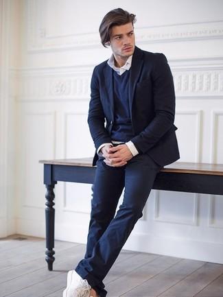 Модный лук: темно-синий шерстяной пиджак, темно-синий свитер с v-образным вырезом, белая рубашка с длинным рукавом, темно-синие брюки чинос