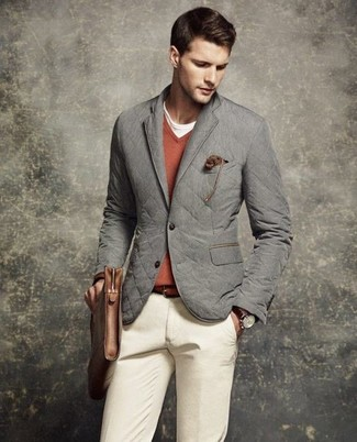 Как и с чем носить: серый стеганый пиджак, оранжевый свитер с v-образным вырезом, белая футболка с круглым вырезом, бежевые брюки чинос