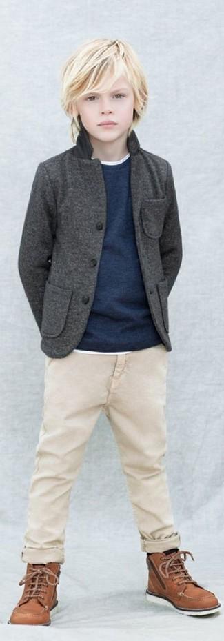 Как и с чем носить: темно-серый пиджак, темно-синий свитер, белая футболка, бежевые брюки
