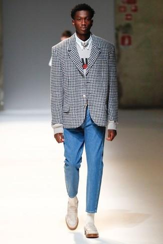 Как и с чем носить: черно-белый пиджак в мелкую клетку, серый свитшот с принтом, белая классическая рубашка, синие джинсы