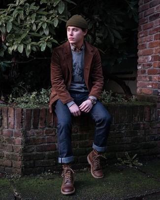 С чем носить серый свитшот с принтом мужчине: Серый свитшот с принтом и темно-синие джинсы — must have вещи в арсенале поклонников стиля casual. Любишь эксперименты? Заверши образ темно-коричневыми кожаными повседневными ботинками.