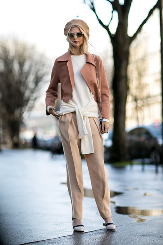 Как и с чем носить: светло-коричневый шерстяной пиджак, белый свободный свитер, бежевые брюки-галифе, бежевые кожаные туфли