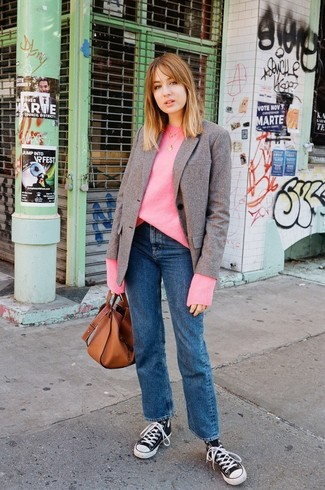 Как и с чем носить: коричневый шерстяной пиджак, ярко-розовый свободный свитер, синие джинсы, черно-белые высокие кеды из плотной ткани