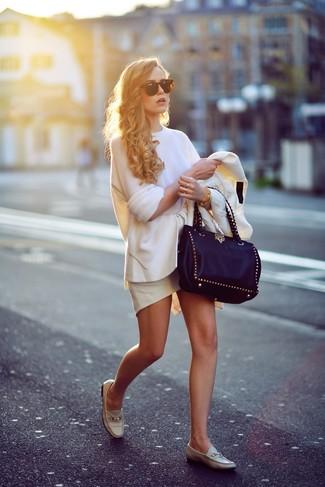 Как и с чем носить: белый пиджак, белый свободный свитер, белая юбка с баской, бежевые кожаные лоферы