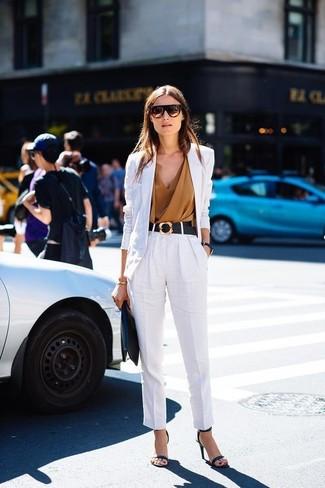 Как и с чем носить: белый льняной пиджак, светло-коричневый топ без рукавов, белые льняные брюки-галифе, черные кожаные босоножки на каблуке