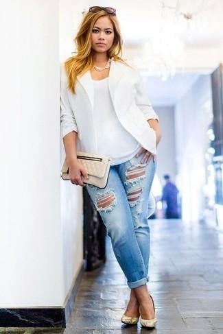 Голубые рваные джинсы-бойфренды: с чем носить и как сочетать: Сочетание белого пиджака и голубых рваных джинсов-бойфрендов - очень практично, и поэтому чудесно подходит на каждый день. Желтые кожаные туфли со змеиным рисунком становятся великолепным завершением твоего лука.