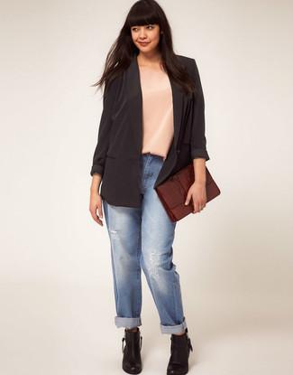 Голубые рваные джинсы-бойфренды: с чем носить и как сочетать: Черный шелковый пиджак и голубые рваные джинсы-бойфренды — отличная формула для создания модного и простого лука. В сочетании с этим образом наиболее выгодно будут смотреться черные кожаные ботильоны.