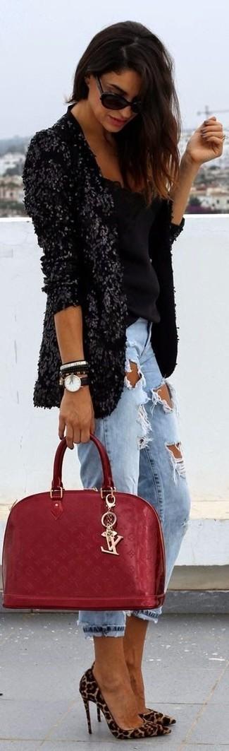 Как и с чем носить: черный пиджак с пайетками, черный топ без рукавов, голубые рваные джинсы-бойфренды, светло-коричневые замшевые туфли с леопардовым принтом