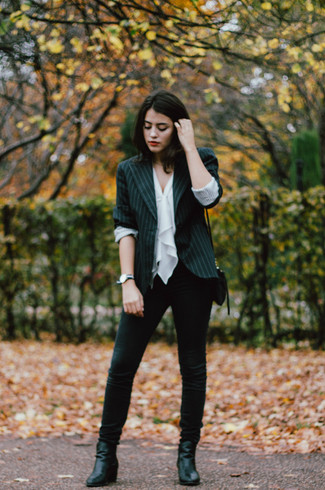 Как и с чем носить: черный пиджак в вертикальную полоску, белый топ без рукавов с рюшами, черные джинсы скинни, черные кожаные ботильоны