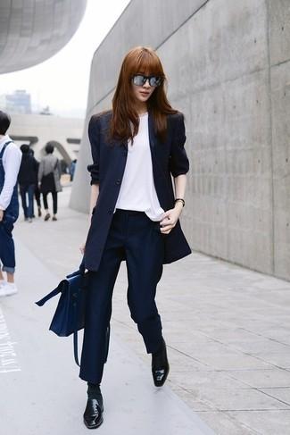 Как и с чем носить: темно-синий пиджак в вертикальную полоску, белый шелковый топ без рукавов, темно-синие классические брюки в вертикальную полоску, черные кожаные лоферы