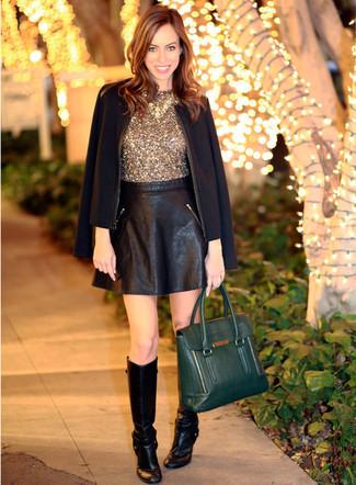 Как и с чем носить: черный пиджак, золотой топ без рукавов с пайетками, черная кожаная короткая юбка-солнце, черные кожаные сапоги