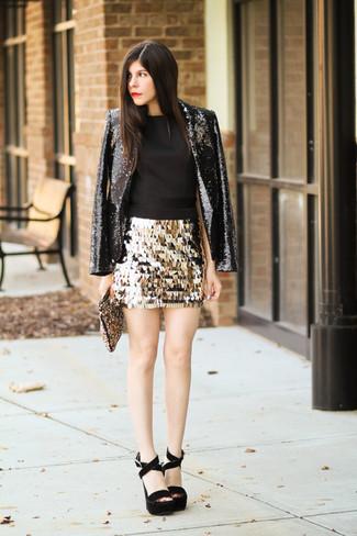 Как и с чем носить: черный пиджак с пайетками, черный топ без рукавов, золотая мини-юбка с пайетками, черные замшевые массивные босоножки на каблуке