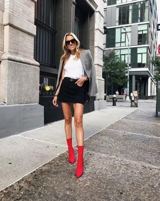 Как и с чем носить: серый пиджак, белый топ без рукавов, черная джинсовая мини-юбка, красные ботильоны на резинке