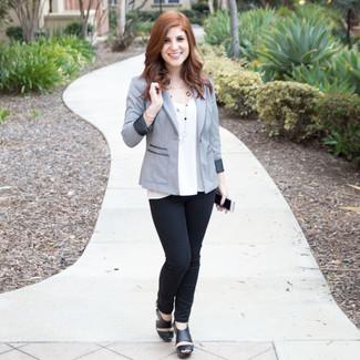 Как и с чем носить: серый пиджак, белый топ без рукавов, черные узкие брюки, черные кожаные массивные босоножки на каблуке