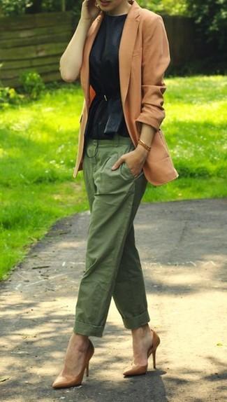 Как и с чем носить: светло-коричневый пиджак, черный топ с баской, оливковые брюки чинос, светло-коричневые кожаные туфли