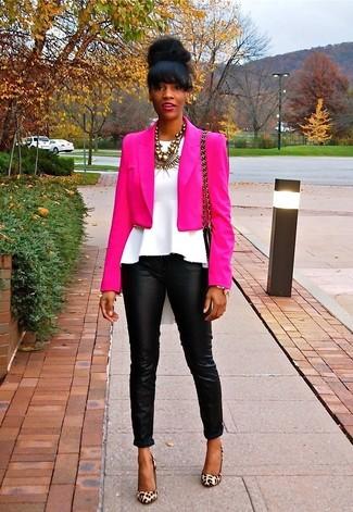 Как и с чем носить: ярко-розовый пиджак, белый топ с баской, черные кожаные узкие брюки, светло-коричневые замшевые туфли с леопардовым принтом