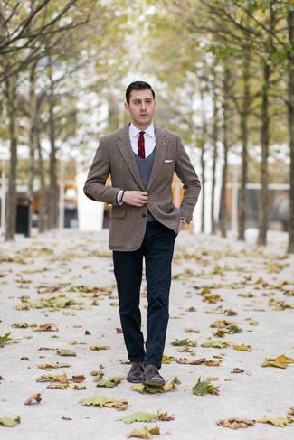 """Как и с чем носить: коричневый твидовый пиджак с узором """"в ёлочку"""", темно-серый трикотажный жилет, белая классическая рубашка, темно-синие брюки чинос"""
