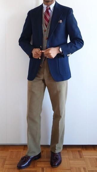 Светло-коричневые вельветовые брюки чинос: с чем носить и как сочетать: Сочетание темно-синего пиджака и светло-коричневых вельветовых брюк чинос вне всякого сомнения будет обращать на себя женские взоры. Если ты любишь использовать в своих луках разные стили, на ноги можно надеть темно-красные кожаные лоферы с кисточками.