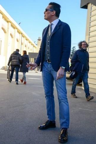 Темно-синий пиджак: с чем носить и как сочетать мужчине: Темно-синий пиджак и синие джинсы — великолепный мужской ансамбль для ужина в хорошем ресторане. Дополнив лук черными кожаными туфлями дерби, ты привнесешь в него классическую нотку.