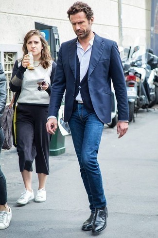 Темно-синий пиджак: с чем носить и как сочетать мужчине: Создав образ из темно-синего пиджака и синих джинсов, получим подходящий мужской образ для неофициальных встреч после работы. Думаешь сделать образ немного элегантнее? Тогда в качестве дополнения к этому луку, стоит выбрать черные кожаные ботинки челси.