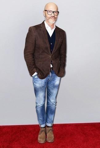 Модные мужские луки 2020 фото: Если ты любишь одеваться с иголочки, и при этом чувствовать себя комфортно и уверенно, тебе стоит опробировать это сочетание темно-коричневого пиджака и синих рваных джинсов. Любишь эксперименты? Дополни лук светло-коричневыми замшевыми ботинками дезертами.