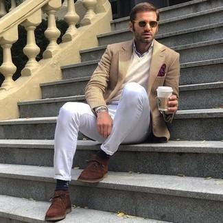 С чем носить коричневые замшевые ботинки дезерты: Любишь выглядеть престижно? Тогда образ из светло-коричневого пиджака и белых джинсов - это то, что тебе нужно. В тандеме с этим ансамблем отлично смотрятся коричневые замшевые ботинки дезерты.