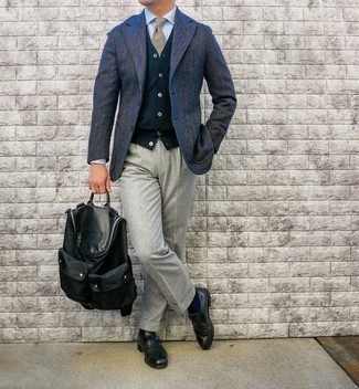 """С чем носить светло-коричневый галстук в шотландскую клетку мужчине: Сочетание темно-синего шерстяного пиджака с узором """"в ёлочку"""" и светло-коричневого галстука в шотландскую клетку позволит воссоздать строгий мужской стиль. В тандеме с этим образом прекрасно будут выглядеть черные кожаные монки."""