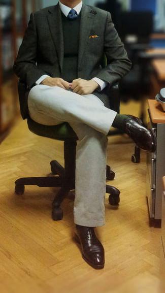 Мужские луки: Если ты из той категории парней, которые одеваются стильно, тебе придется по вкусу лук из темно-зеленого пиджака и белых брюк чинос. Хочешь добавить сюда толику классики? Тогда в качестве обуви к этому образу, обрати внимание на темно-коричневые кожаные оксфорды.