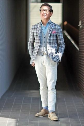 С чем носить голубую классическую рубашку из шамбре мужчине: Если ты принадлежишь к той немногочисленной группе джентльменов, которые каждый день стараются выглядеть с иголочки, тебе подойдет сочетание голубой классической рубашки из шамбре и белых льняных брюк чинос. Любишь экспериментировать? Заверши лук бежевыми замшевыми брогами.