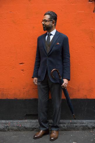 С чем носить коричневые кожаные туфли дерби: Несмотря на то, что это весьма сдержанный ансамбль, тандем темно-синего пиджака и темно-серых классических брюк всегда будет выбором стильных мужчин, пленяя при этом сердца девушек. Весьма кстати здесь смотрятся коричневые кожаные туфли дерби.