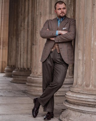 Мужские луки: Коричневый трикотажный жилет и голубая классическая рубашка — превосходный пример элегантного мужского стиля.