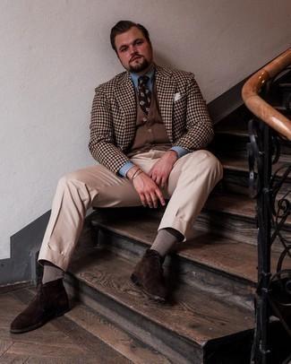 Мужские луки: Коричневый пиджак в мелкую клетку в паре с бежевыми классическими брюками поможет создать стильный и элегантный лук. Любители незаезженных вариантов могут закончить образ темно-коричневыми замшевыми ботинками дезертами.