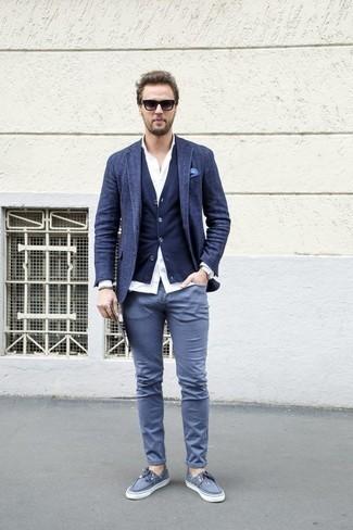 Темно-синий шерстяной пиджак: с чем носить и как сочетать мужчине: Темно-синий шерстяной пиджак и серые брюки чинос — неотъемлемые вещи в гардеробе стильного парня. Создать красивый контраст с остальными предметами из этого лука помогут серые топсайдеры из плотной ткани.