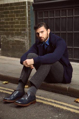 С чем носить темно-синий вязаный пиджак мужчине: Если ты принадлежишь к той редкой группе молодых людей, которые каждый день одеваются безупречно, тебе полюбится образ из темно-синего вязаного пиджака и темно-коричневых брюк чинос. В сочетании с темно-синими кожаными брогами такой образ выглядит особенно выигрышно.